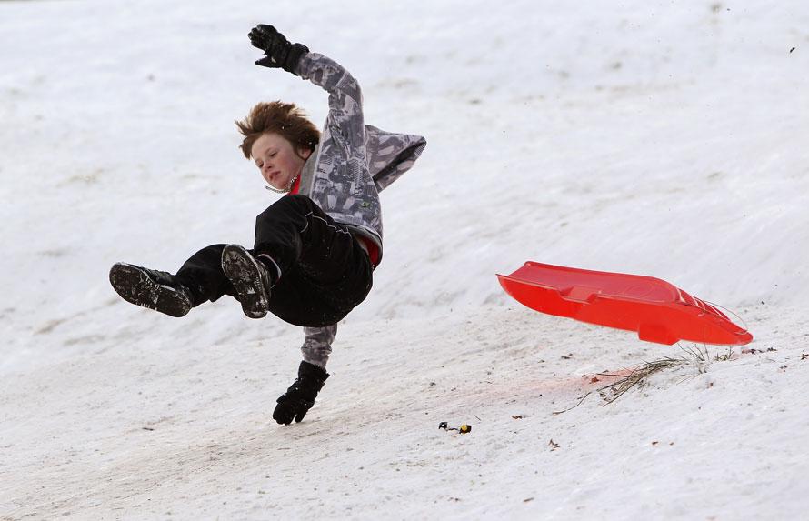 18. Ребенок едет вниз по склону в Брэмхолл Парк, Чешир, Англия. Метеорологи сообщают, что в Великобритании выпадет самый сильный за последние 23 года снегопад, а в некоторых южных районах Англии выпадет до 40 см снега. (Photo by Alex Livesey/Getty Images)