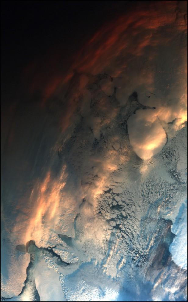 20) © ESA // Закат над арктической частью Канады снятый со спутника Envisat.