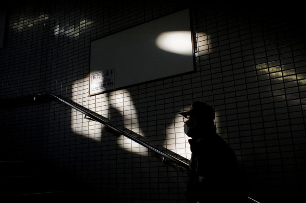 17. Мужчина поднимается по лестнице в метро 17 января 2009 года в Осаке. (Shiho Fukada)