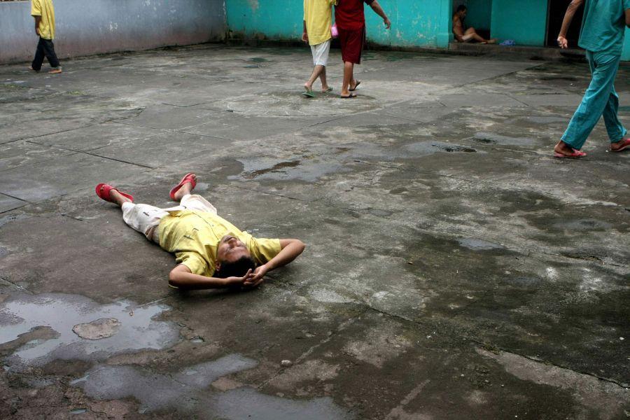 19. Мужчина лежит на земле в мужском отделении психиатрической клиники в Манагуа 15 октября 2008 года. (AP Photo/Esteban Felix)