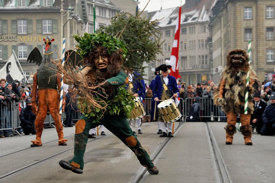 19) Танцы «Дикого человека» на улице в Базеле, Швейцария, во время традиционного парада, который проходит в этих местах со времен средневековья. (AP Photo/Keystone/Georgios Kefalas)