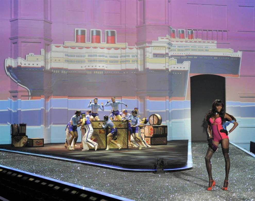 19. Модель Victoria's Secret Сессиль Лопез на подиуме на показе Victoria's Secret. В 2008 году сообщалось, что модель встречается с певцом Кэни Уэстом. (Timothy A. Clary / AFP - Getty Images)