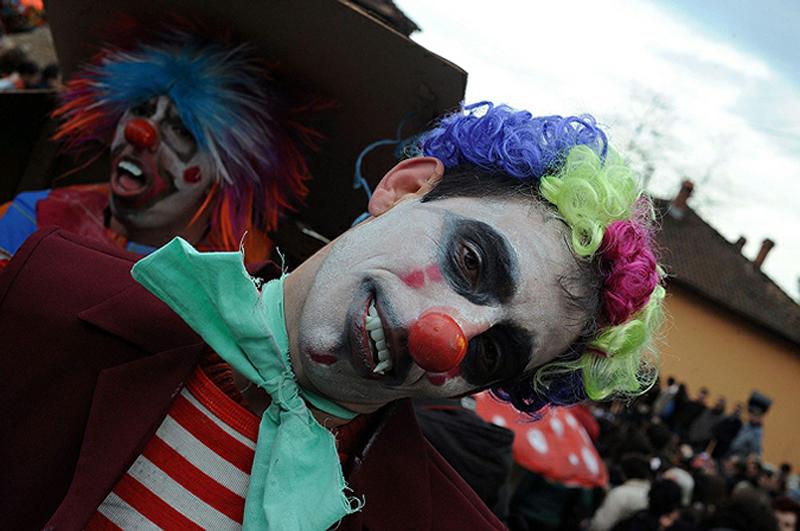 14) Сейчас все изменилось, но по-прежнему официально лишь мужчины могут расхаживать в масках. (AFP)