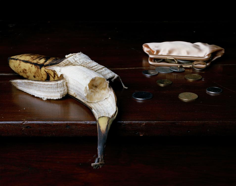 1) Натюрморт с бананом, кошельком и монетами. (© Justine Reyes)