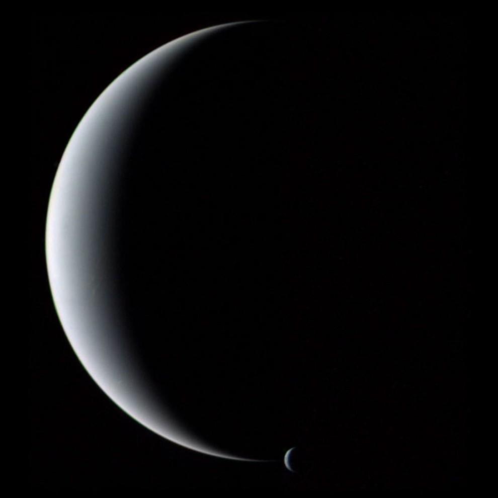21) © NASA // Нептун и его спутник Тритон.