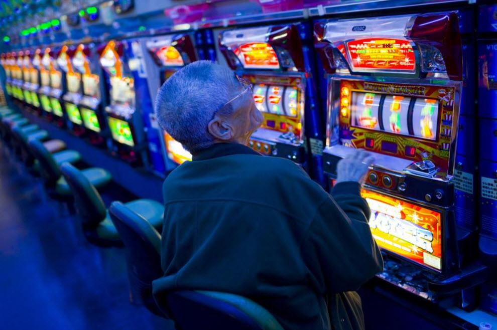 18. Мужчина играет в пачинко 16 января 2009 года в Осаке. Когда-то это был процветающий район рабочих. (Shiho Fukada)