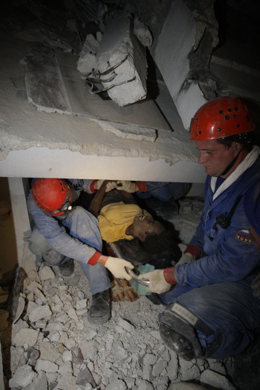 20. Спасатели продолжают освобождать людей из-под завалов дома. (UPI/Anatoli Zhdanov)