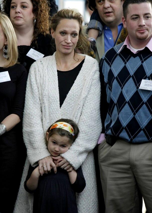 13) Теса Кока и ее дочь Софья Кока, пассажиры Airways Flight 154, позируют для групповой фотографии с другими пассажирами во время воссоединения с членами злополучного полета. (REUTERS/Brendan McDermid)