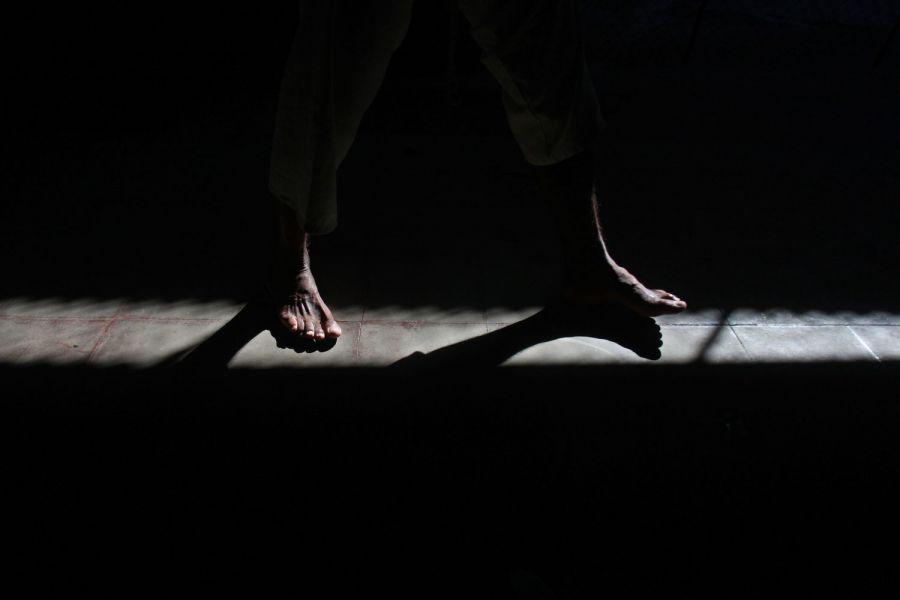20. Ноги пациента видны в просвете в мужском отделении психиатрической клиники в Манагуа 5 февраля 2009 года. (AP Photo/Esteban Felix)