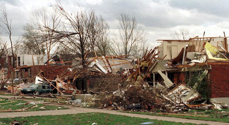 20) 9 апреля 1999 года от Блу Эш, штат Огайо, почти ничего не осталось – по городку прошелся разрушительный торнадо. Более 300 домов были уничтожены почти до основания, и еще около 100, попавшиеся на пути торнадо. (mw/Mike Williams/UPI)