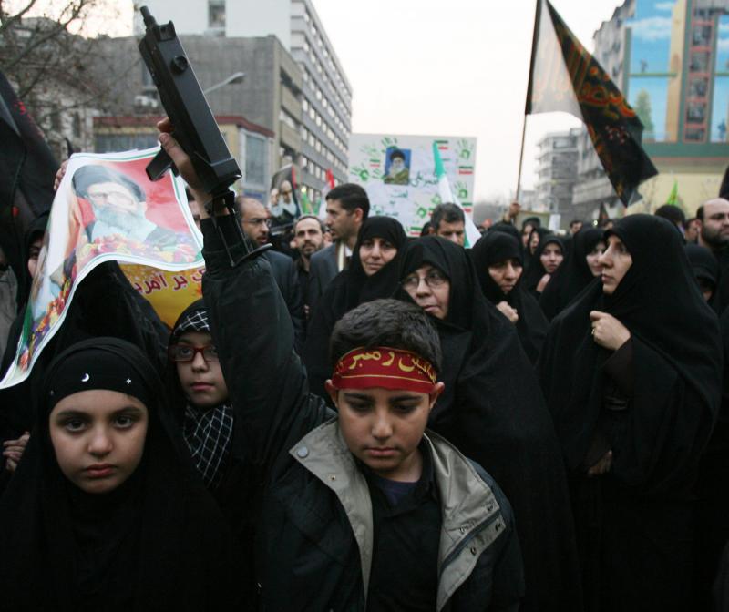 20. Иранский мальчик несет игрушечный автомат на митинге в Тегеране 30 декабря 2009 года. Сотни тысяч сторонников иранского президента Махмуда Ахмадинеджада устроили спонсировавшиеся правительством демонстрации по всей стране против оппозиции. (UPI/Maryam Rahmanian)