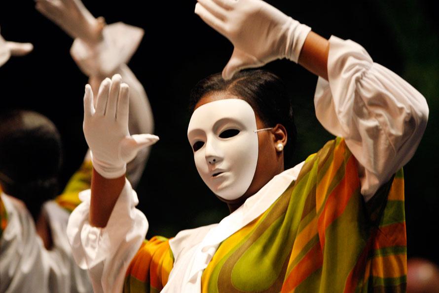 20. Танцоры в масках выступают во время церемонии присяги мэра Даны Редд в Камдене, Нью-Джерси. (AP Photo/Mel Evans)