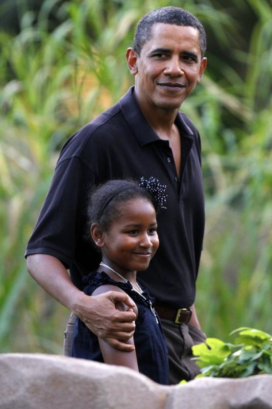 22. Барак Обама и его младшая дочь восьмилетняя Саша идут на выставке в зоопарке Гонолулу 3 января 2010 года. Позднее в тот же день президентская семья вернулась в Вашингтон. (UPI/Kent Nishimura/Pool)