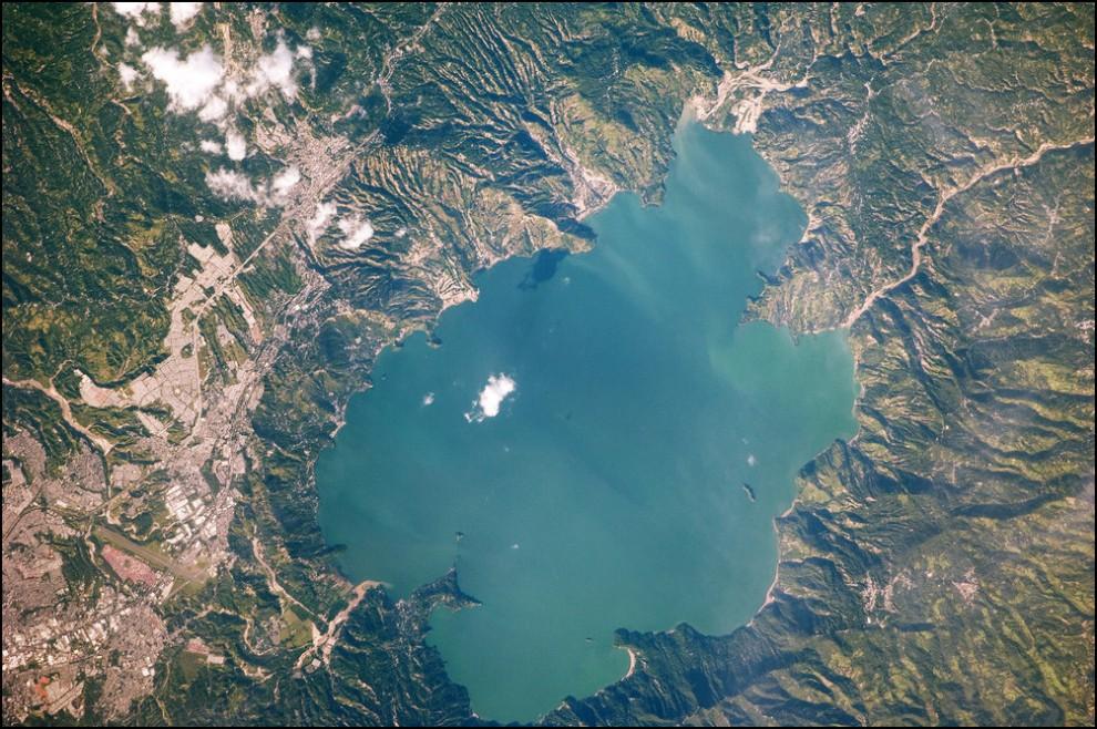22) © NASA-JSC // Озеро Илопанго в Эль Сальвадоре, снято с борта МКС.
