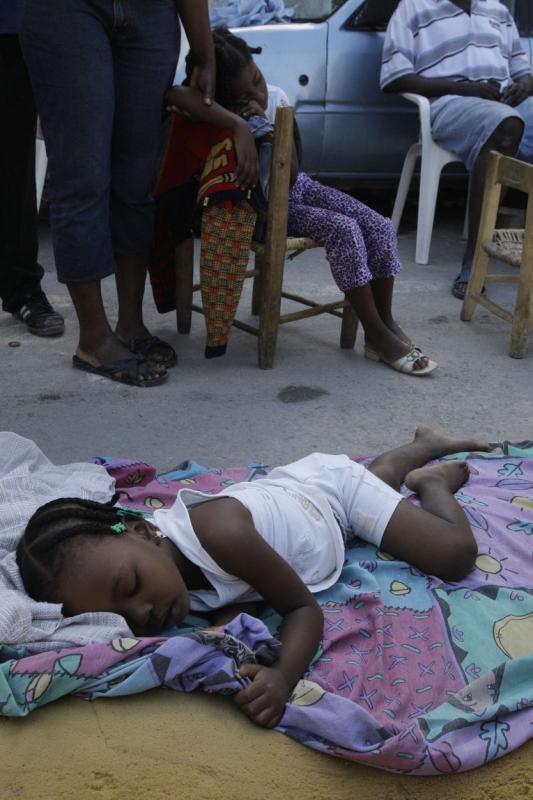 21. Девочки спят прямо на улице в Порт-о-Пренс. (UPI/Anatoli Zhdanov)