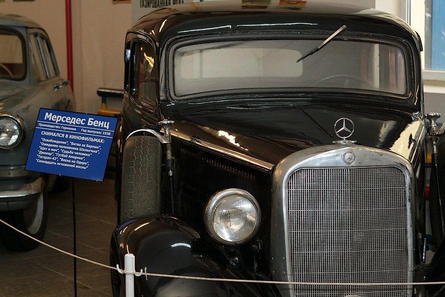 """21) Мерседес-Бенц, Германия, 1938 год. Машина Штирлица из """"Семнадцати мгновений весны"""". С этим автомобилем связана одна история. Возить на съемки во все места одну и ту же машину было накладно, поэтому использовали разные. Но у этого экземпляра дворники были сверху, а у остальных - снизу. Поэтому в соседних эпизодах машины могли отличаться."""