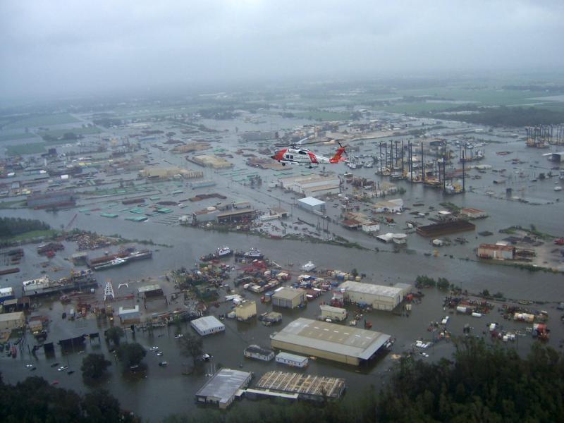 21) Вертолет «Jayhawk 6031» береговой охраны летит над затопленным районом в Нью Иберия, штат Луизиана, после урагана Айк 14 сентября 2008 года. (UPI Photo/US Coast Guard)