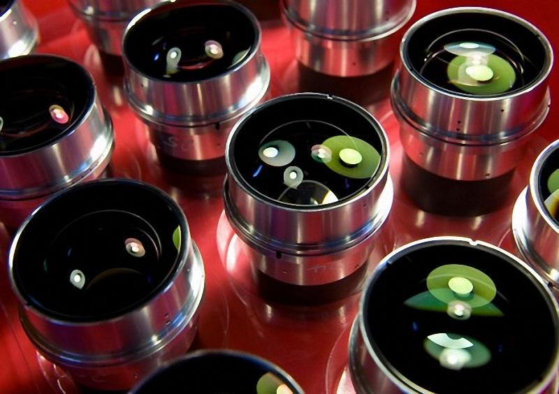 21) Готовые линзы, предназначенные  для объектива Leica Noctilux-М 50mm f/0.95 ASPH. Компания утверждает, что это самая светосильная асферическая линза в мире. По цене $ 11000 за объектив, этот лоток  стоит более чем 100.000$