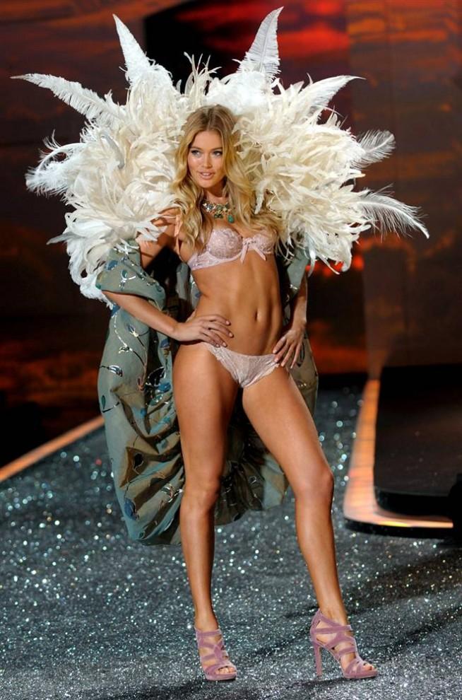 21. Модель в «перьевом» наряде идет по подиуму на показе Victoria's Secret 2009. (Peter Foley / EPA)