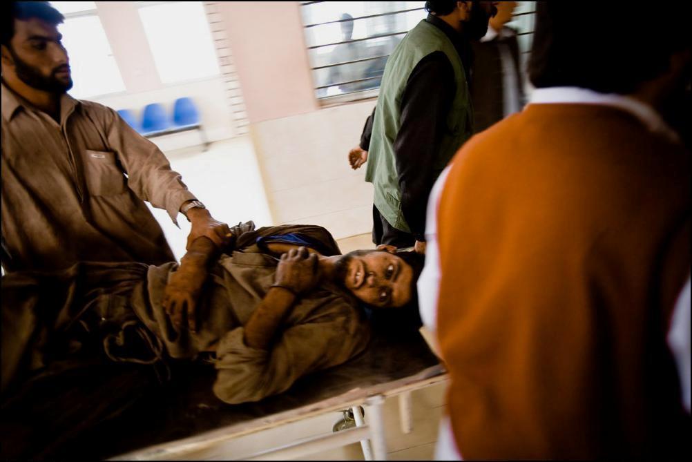 21) Шахтер в госпитале, куда он попал после взрыва на шахте.
