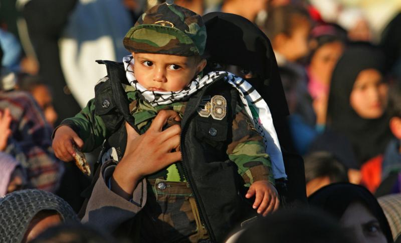 21. Палестинские сторонники движения «Хамас» пришли на митинг в городе Кхан Юнис, организованном исламским движением сопротивления, 22 января 2010 года в честь семей «мучеников» израильской войны в Газе зимой прошлого года. (UPI/Ismael Mohamad)