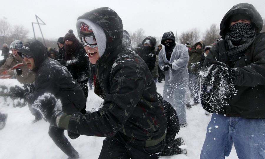 9) В Берлине же прошел самый обыкновенный флешмоб, участники которого любезно обменивались очередной порцией снега, которого в городе навалом. (Reuters)