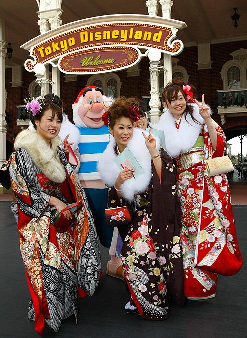 3) Девочки с помощью старших в первый раз надевали кимоно взрослого покроя, чернили зубы, сбривали брови. (AP)