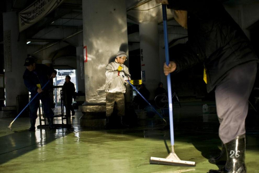 20. Мужчины моют пол в кадровом центре, спонсируемом правительством и являющийся для некоторых главным источником доходов. (Shiho Fukada)