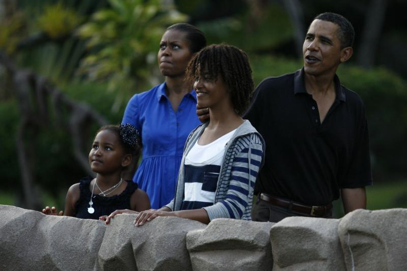 23. Барак Обама и его супруга Мишель в зоопарке Гонолулу со своими дочерьми Сашей (слева) и Малией 2 января 2010 года в Гонолулу. (UPI/Kent Nishimura/Pool)