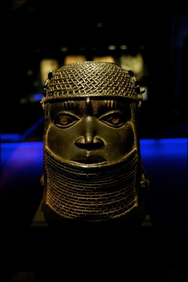 22) © Juan Naharro Gimenez/Getty Images // Латунная голова памятника из Бенина.