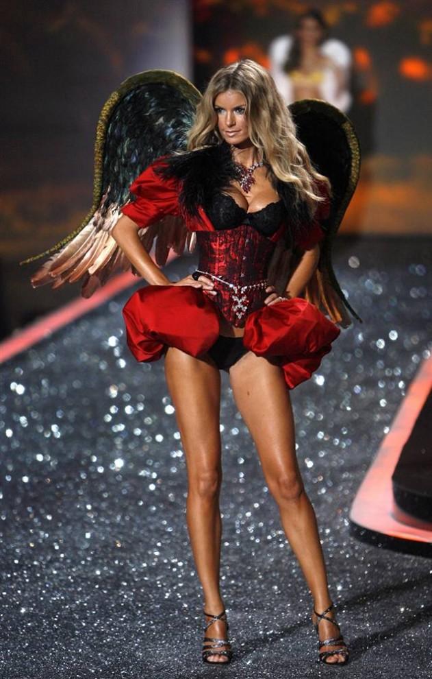 22. Супермодель и ангел Victoria's Secret Мариса Миллер демонстрирует свой корсет и черные крылья на показе Victoria's Secret. (Jason Decrow / AP)
