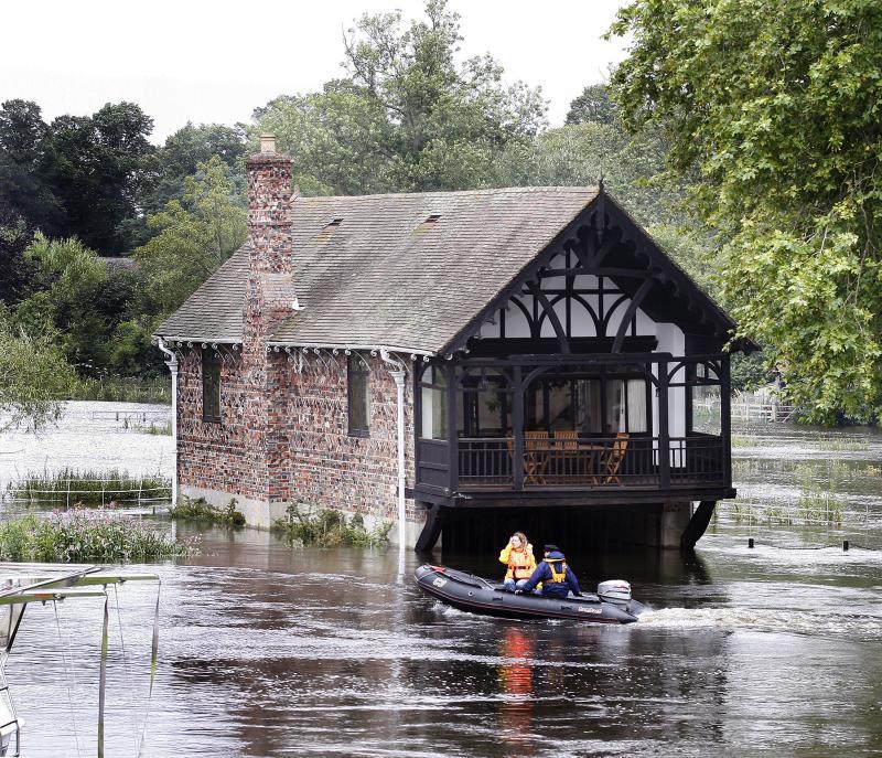 22) Дом в затопленном районе Шиллингфорда, Англия, 25 июля 2007 года. Река Темза вышла из берегов после сильных ливней. (UPI Photo/Hugo Philpott)