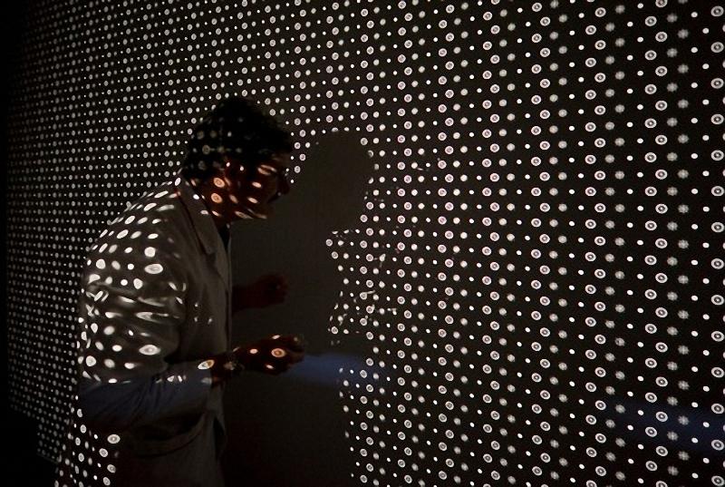 22) В одном из заключительных этапов контроля качества, техник проектирует изображение  гомогенного образца через объектив на стену. Затем он делает визуальный осмотр, чтобы убедиться, что изображение достаточно резкое.