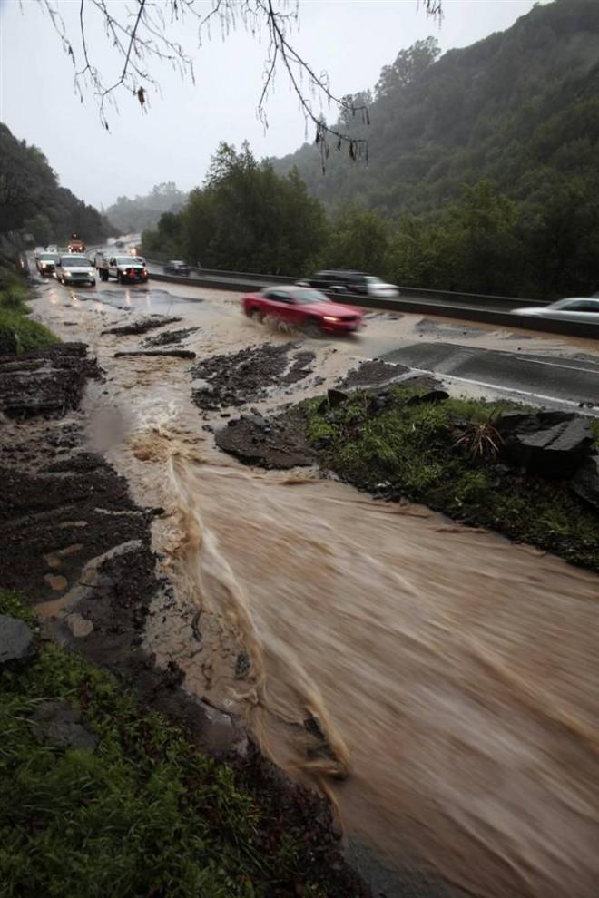 22. Ливневые воды бегут по шоссе 17 ы Лос Гатос. (Marcio Jose Sanchez / AP)