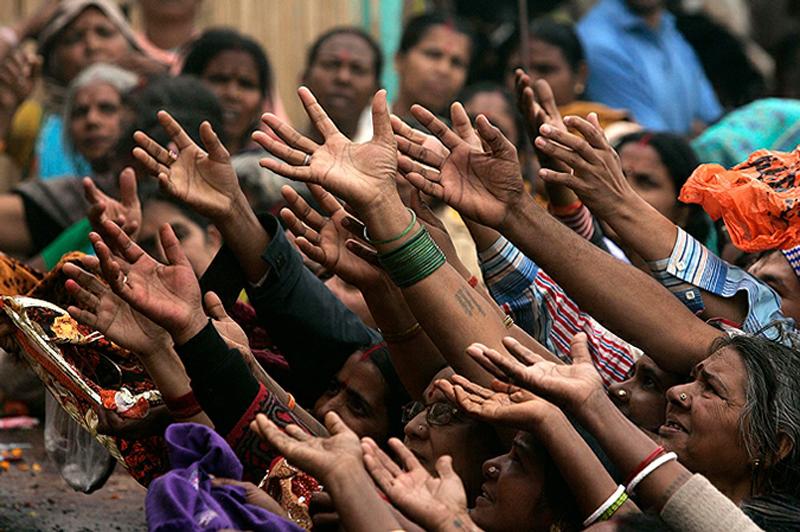 Сотни тысяч верующих пришли на фестиваль Кумбха Мела