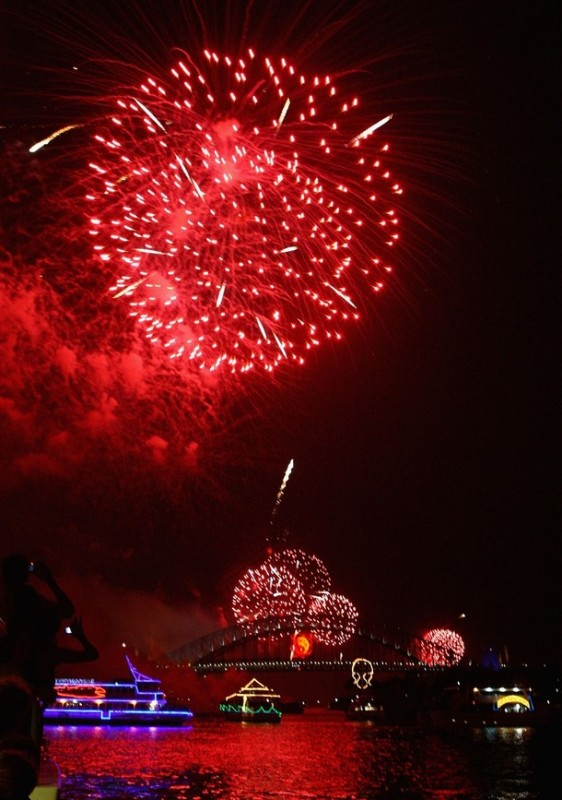 """3) Ежегодный Новогодний фейерверк """"Ева"""" освещает небо над Сиднейской гаванью в Сиднее, Австралия. (Ryan Pierse/Getty Images)"""