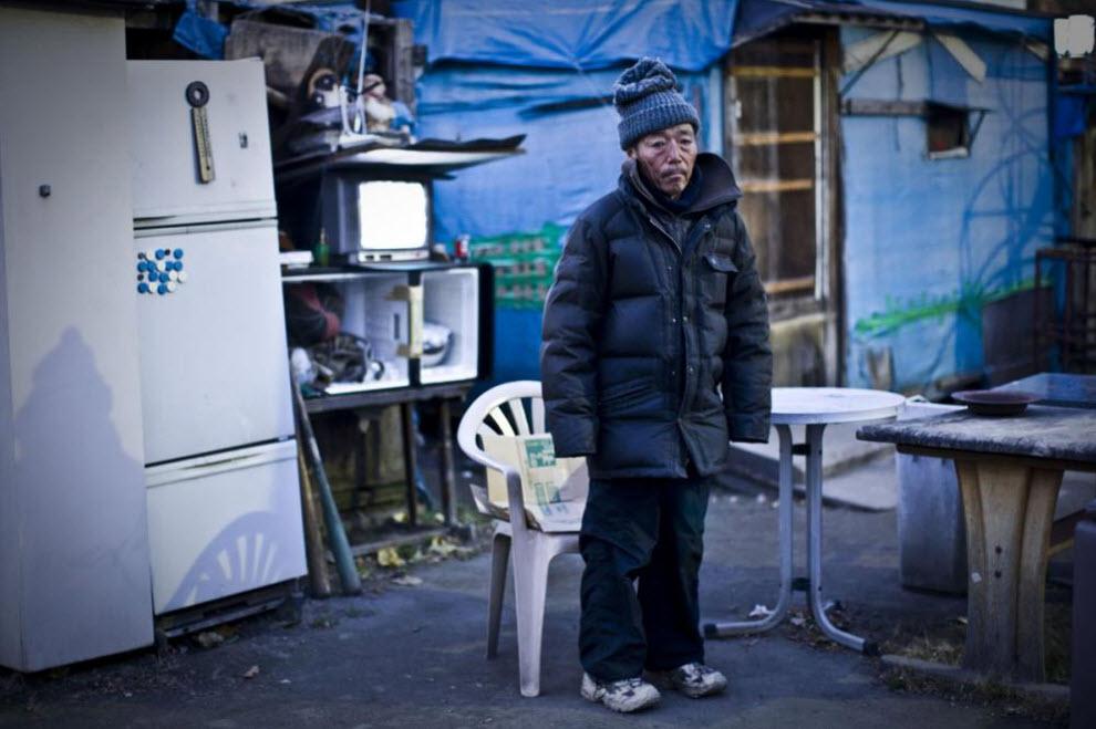 21. 65-летний Казуки стоит у своей хижины, построенной прямо в парке, 13 января 2009 года в Осаке. (Shiho Fukada)