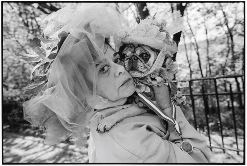 23. Марго Доссантос обнимает свою собачку Милолуш, одетую под стать хозяйке, в Риверсайд-парк в Нью-Йорке. (Mary Ellen Mark / Character Project)