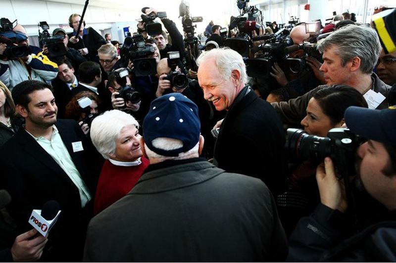 12) Капитан Чесли Селинбергер осажденный СМИ во время встречи с пассажирами Airways 1549. (Chris McGrath/Getty Images)