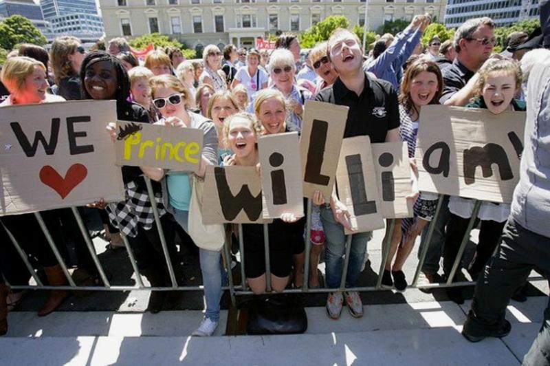 4) Жители Окленда рады видеть принца на своей земле, большие буквы приветствия на картоне только подтверждают эту точку зрения. (REUTERS/Robert Kitchin/Pool)