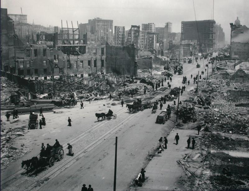 23) Экипажи едут по улице Маркет Стрит вскоре после землетрясения в Сан-Франциско в 1906 году. (UPI Photo/National Archives)
