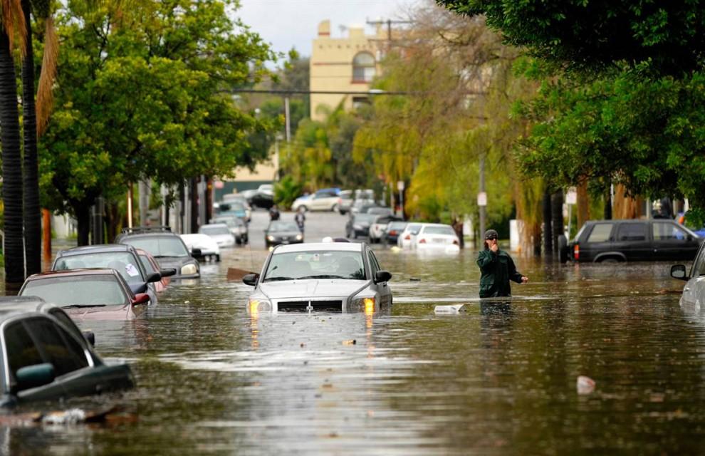 23. Житель Лонг Бич, штат Калифорния, идет по затопленной улице 19 января. (Scott Smeltzer / AP)