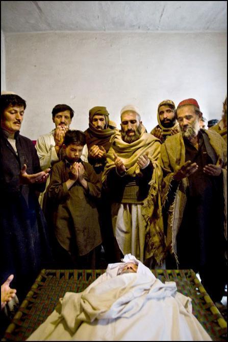 23) Шахтеры молятся над мертвым коллегой, погибшим во время взрыва на шахте.