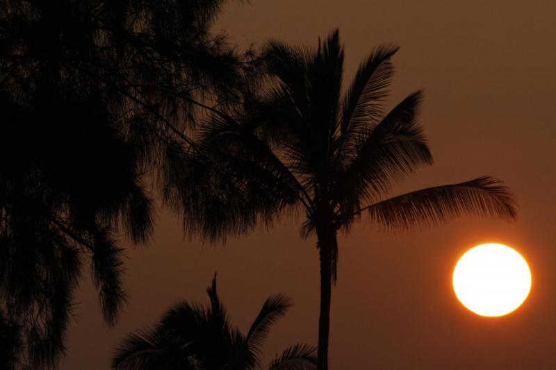24. Солнце встает над заливом Канеохе 3 января 2010 года. Президент США Барак Обама прибыл в свой родной штат Гавайи 24 декабря 2009 года на рождественские каникулы. (UPI/Kent Nishimura/Pool)