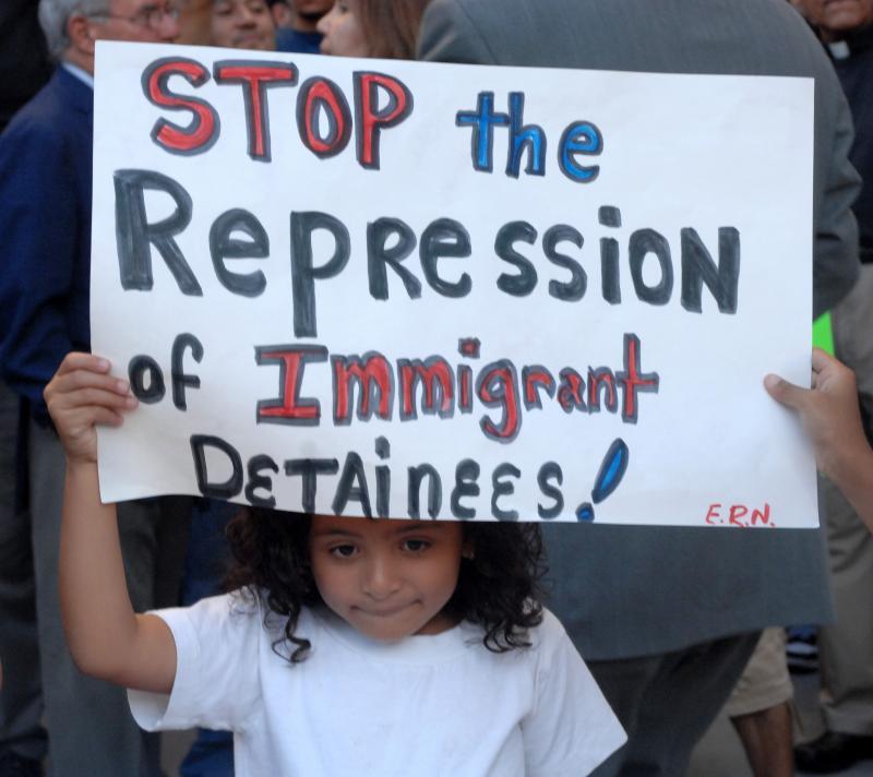23. Девочка присоединилась к небольшой группке сторонников иммиграции перед зданием федерального правительства в Лос-Анджелесе 20 августа 2007 года, протестуя против депортации активистки Эльвиры Ареллано в Мексику. (UPI Photo/Jim Ruymen)