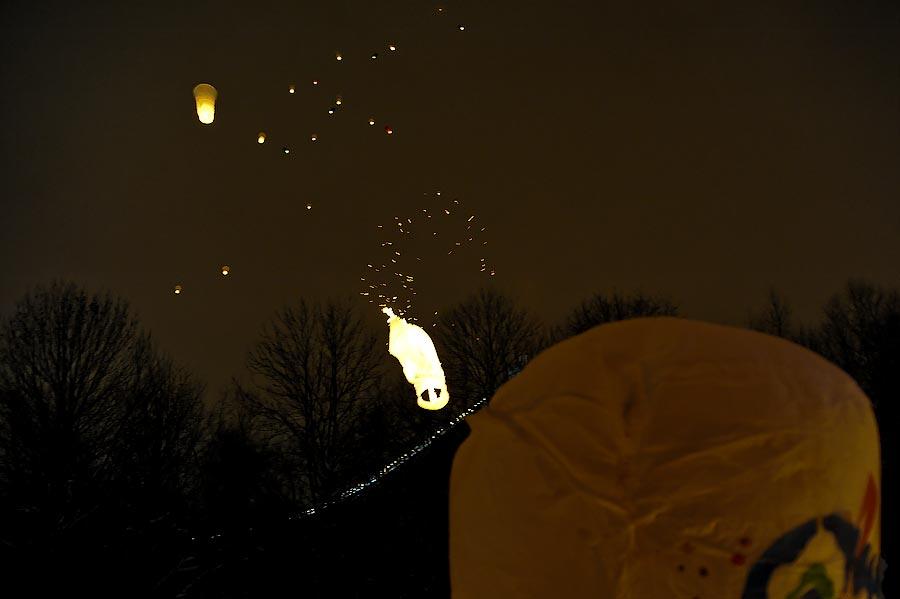 23) Кто-то, надувая шар, расслабился и перестал его держать ровно сверху. Порыв ветра, фонарик наклоняется и загорается. От неожиданности его отпускают.