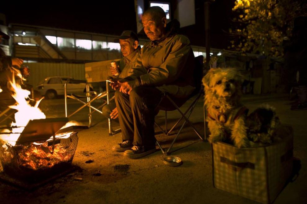 22. Бездомные рабочие греются у огня 15 января 2009 года в Осаке. (Shiho Fukada)