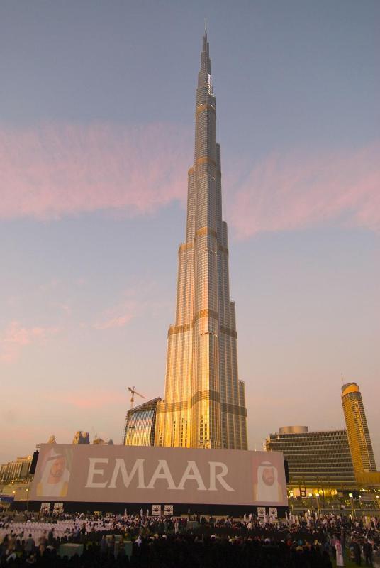 5) Точная высота небоскреба скрывалась до последнего момента. Лишь на церемонии открытия было объявлено, что она составляет 828 метров. До сих пор рекорд по высоте принадлежал зданию в Тайбэе — 509,2 м.