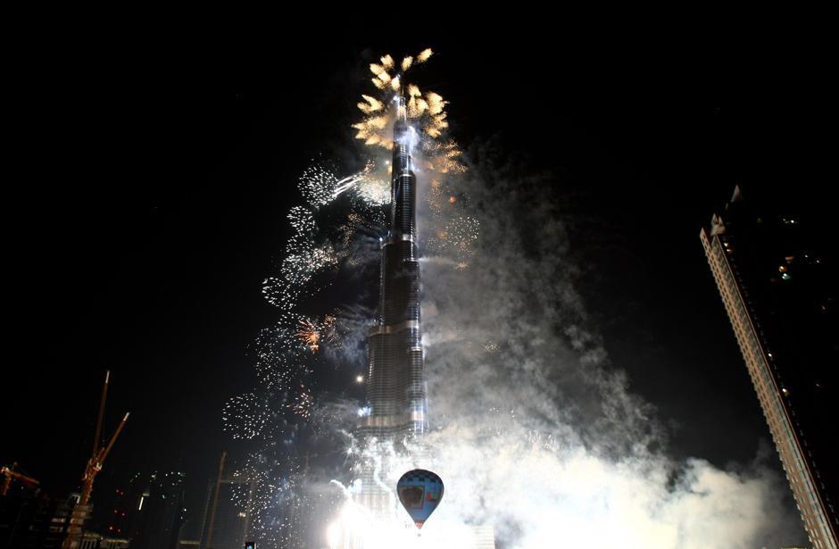 11) Церемонию открытия небоскрёба приурочили к четвертой годовщине правления в эмирате Дубай нынешнего вице-президента и премьер-министра Объединенных Арабских Эмиратов шейха Мухаммеда бен Рашеда Аль-Мактума, пришедшего к власти 4 января.