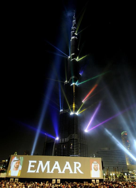 18) Нынешнего правителя Дубая называют главным вдохновителем «дубайского чуда», превратившего Дубай в самый быстрорастущий город на планете, однако экономический бум закончился спадом.